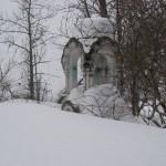 Старые памятники на кладбище