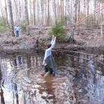 Маша несет болотные сапоги обратно