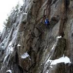 Альпинисты тренируются на скалах.