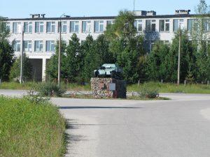 Памятник 42-му стрелковому корпусу, за ним - здание школы.