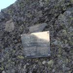 Мемориальная табличка на перевале.