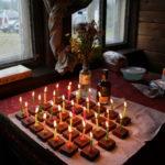 Тридцать три деньрожденных тортика с одной свечкой.